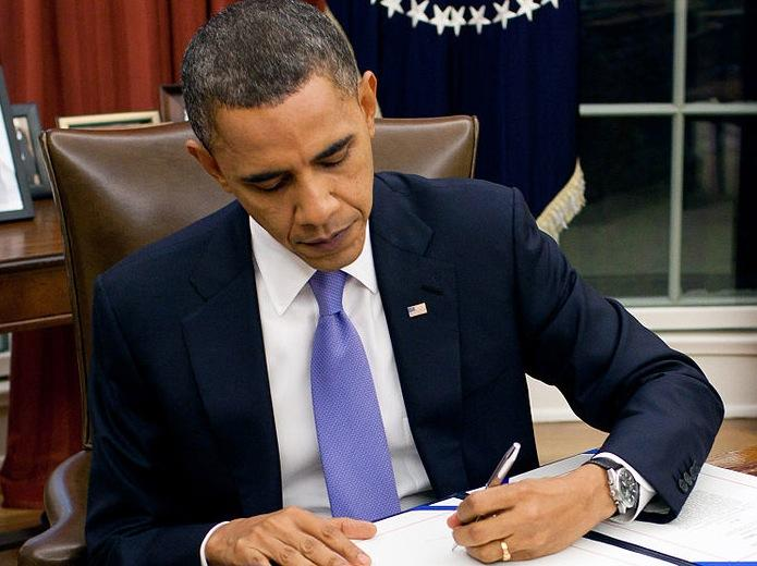 President+Obama+takes+action+at+the+Resolute+desk.+Many+times%2C+he+has+claimed+he+can+and+will+utilize+his+pen+to+exercise+unconstitutional+authority+via+the+Executive+Order.+