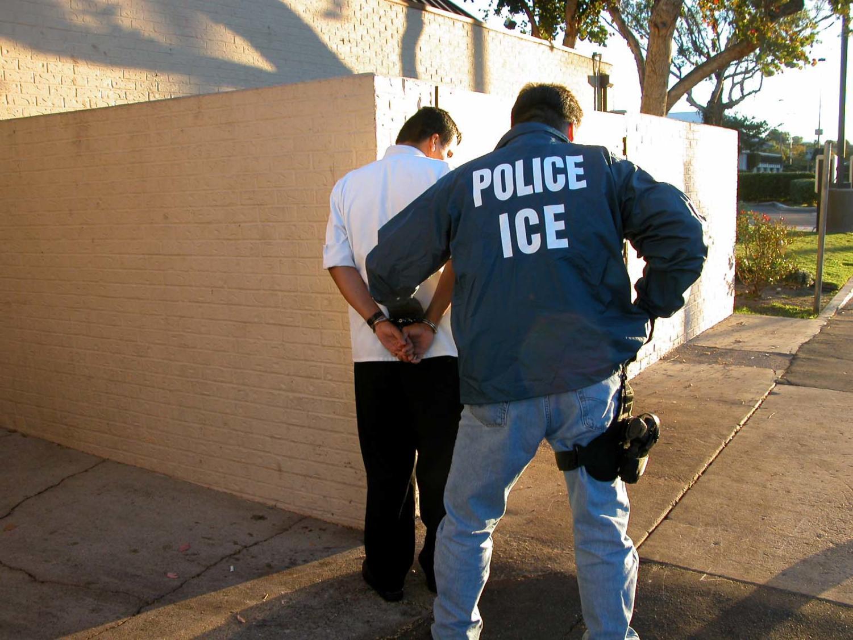 Un agente de Inmigracion y Control de Aduanas de los Estados Unidos arresta a un sospechoso.