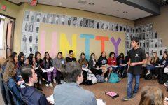 Joseph Sgountzos (12) habla durante la semana de la Unidad sobre su fe, el cristianismo ortodoxo griego. El jueves, los estudiantes jugaron Speed Faithing reuniéndose alrededor de oradores que discutieron sus creencias religiosas para informar a los estudiantes sobre la diversidad de las religiones en el campus.