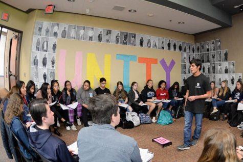 """Joseph Sgountzos (12) habla durante la semana de la Unidad sobre su fe, el cristianismo ortodoxo griego. El jueves, los estudiantes jugaron """"Speed Faithing"""" reuniéndose alrededor de oradores que discutieron sus creencias religiosas para informar a los estudiantes sobre la diversidad de las religiones en el campus."""