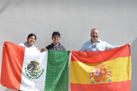 Sophia Bojorquez (12), Daniel Fernandez y Señor Serrano posan con las banderas con las que ellos se identifican. Sophia y Daniel son Mexicanoamericanas y el Señor Serrano emigró de España cuando él tenía 23 años.
